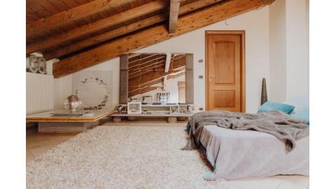 Soffitto In Legno Lamellare : Tante idee per il soffitto con le travi a vista